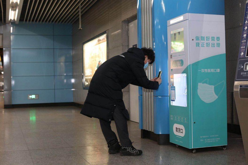 方便貼心!京港地鐵25座車站設置一次性口罩售賣機