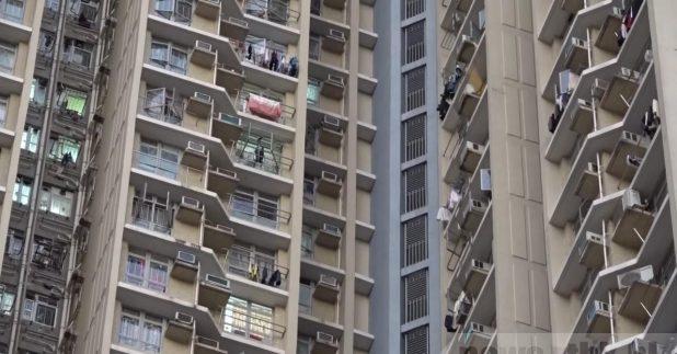 葵涌石蔭邨仁石樓兩個單位有5人確診,另一個單位則有一人初步陽性,3個單位室號均是09。(孔令輝攝)