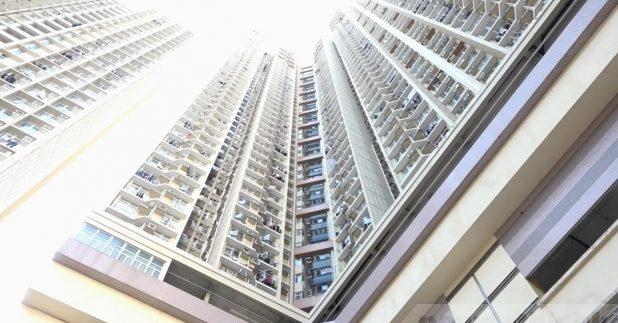 张竹君表示指石荫邨仁石楼09室两个单位的住户仍未撤离,跟进后安排送往检疫。(李骏彦摄)