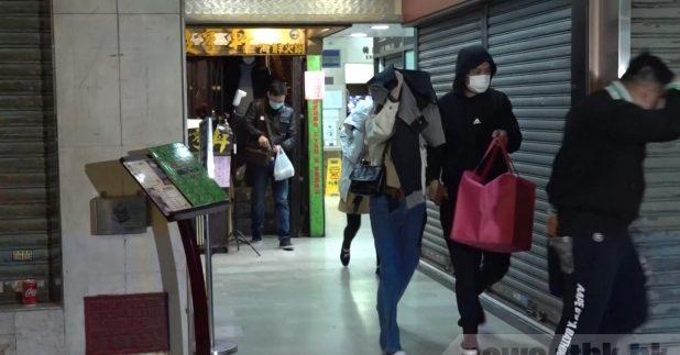 警方晚上7時巡邏期間,發現火鍋店仍繼續營業,當時店內有27男5女正在打邊爐。(鍾家銘攝)