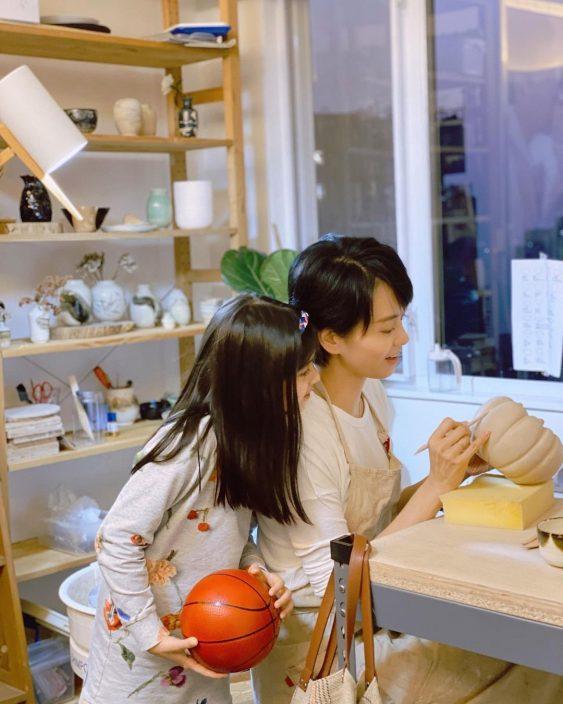 合力制作陶瓷享受亲子乐    梁咏琪开心囡囡感受创作乐趣