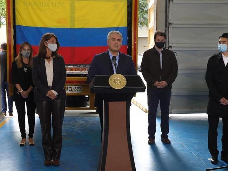 首批科兴疫苗运抵哥伦比亚 总统杜克机场迎接