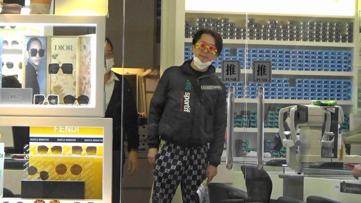 """【头条独家】风骚拖G奶新欢母女配眼镜 邓兆尊享受""""伪亲子游"""""""
