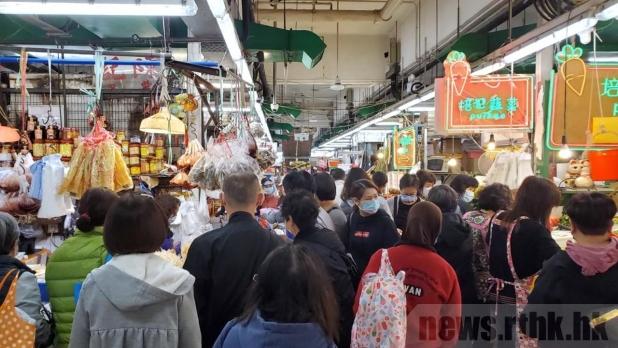 不少市民早上到九龙城街市买𩠌准备团年饭,人头涌涌。(黄悦晴摄)