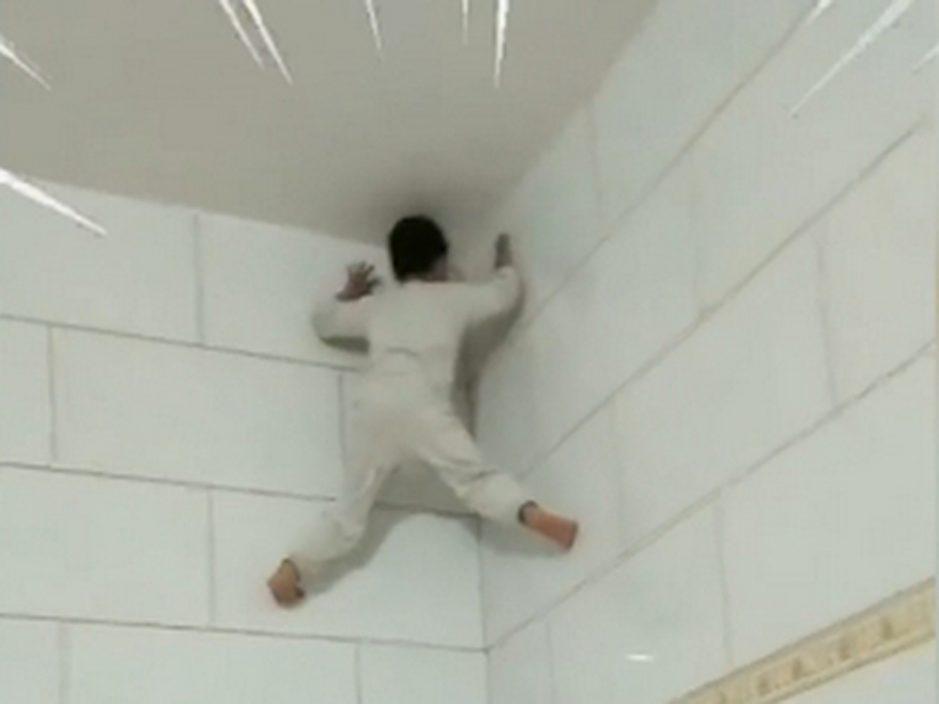蜘蛛侠?七岁男孩徒手爬墙快如壁虎