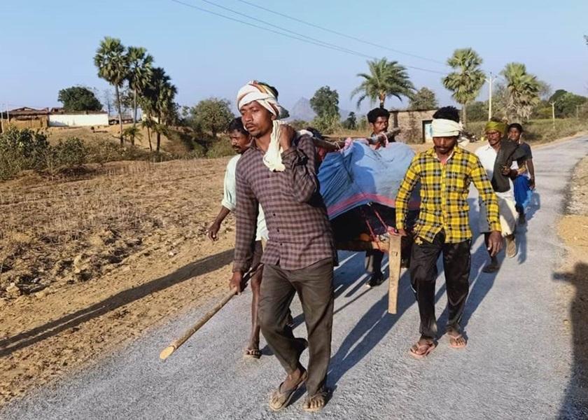 印度产妇血崩被抬7公里送医院却无医生 失救亡于门前