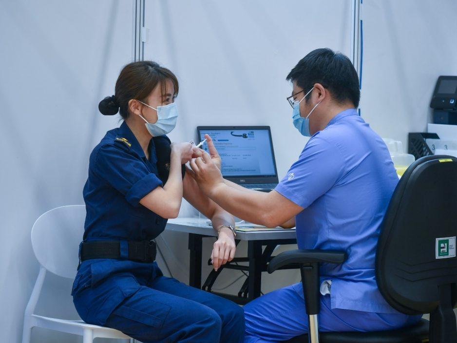 六个纪律部队优先接种疫苗 前特首曾荫权接种复必泰