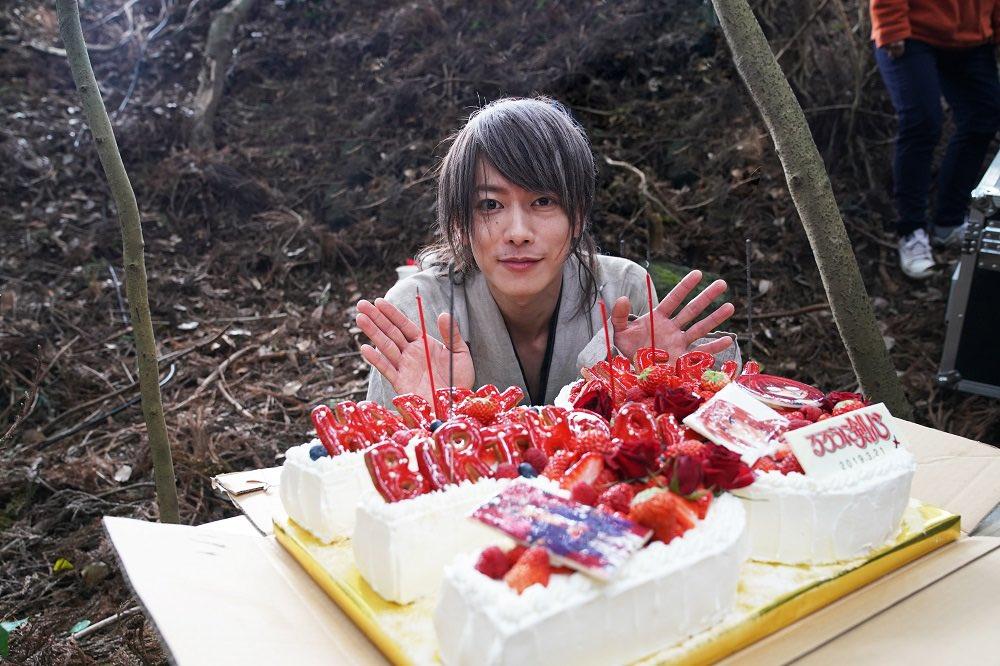 赶拍《浪客剑心最终章》   佐藤健获剧组送蛋糕贺32岁生日