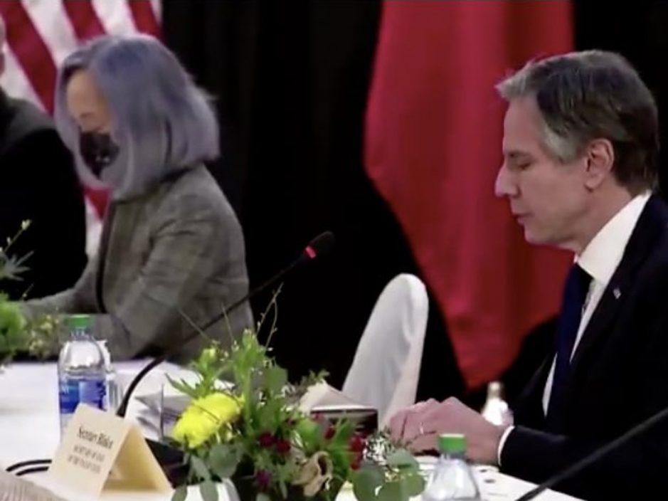 中美会议美方紫发翻译员被网民炮轰 传布林肯遭拜登痛骂