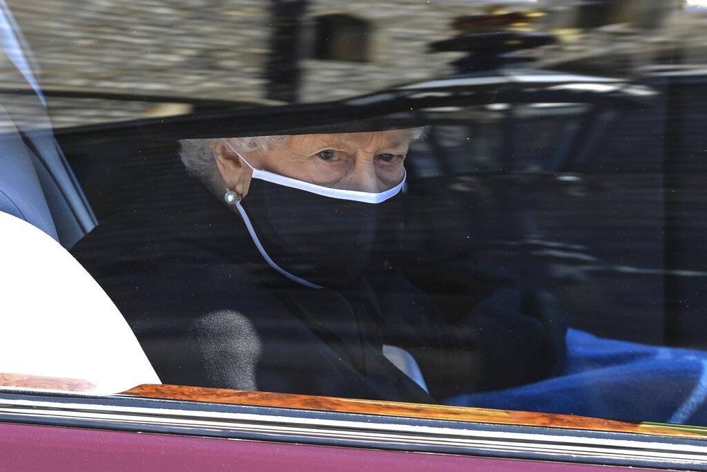 菲腊亲王丧礼结束 英女皇被拍到车中拭泪