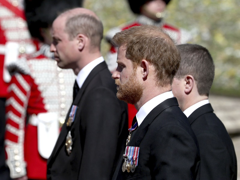菲腊亲王长埋圣乔治教堂地下墓室 威廉与哈里同行交谈
