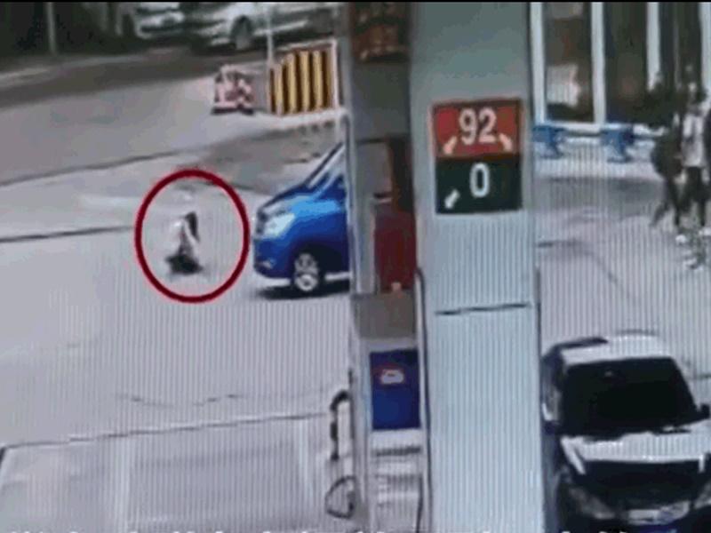 """女生路中央绑鞋带被车辗过 遭一面倒指责""""嫌命长"""""""