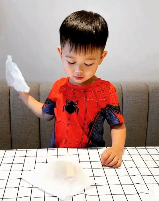扮蜘蛛侠变魔术讲咒语   胡杏儿大仔用纸巾变玩具车