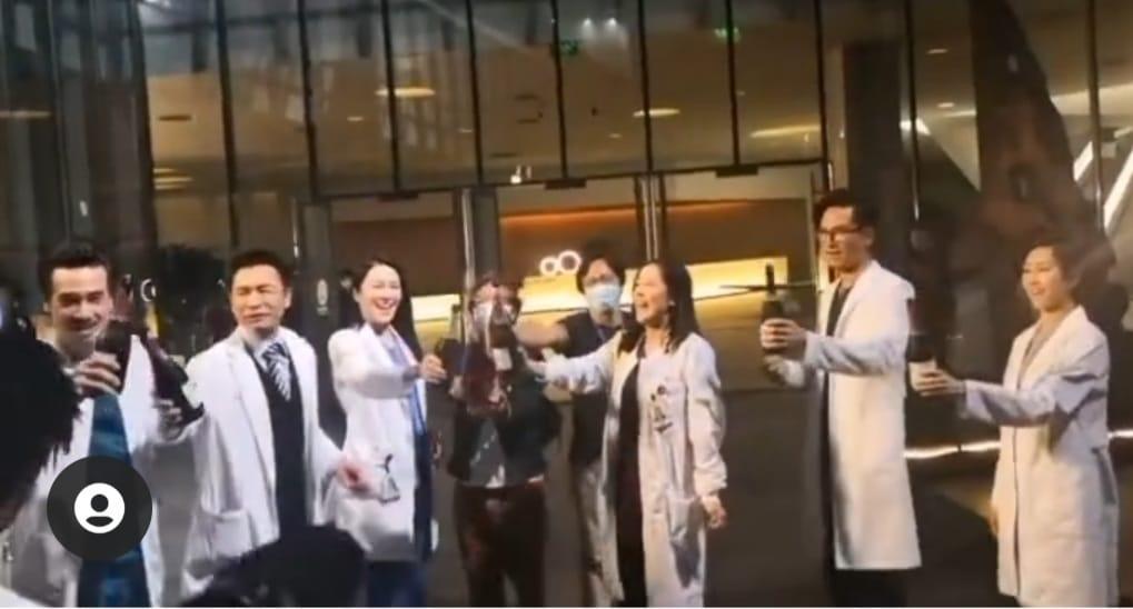 《白色强人2》杀青可以返归见靓汤      马明Po摊车尾相露甜笑