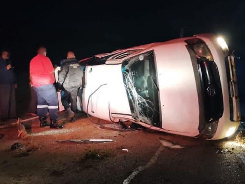 情侣高速公路翻车幸存 女子却在寻找手机时遭车撞死