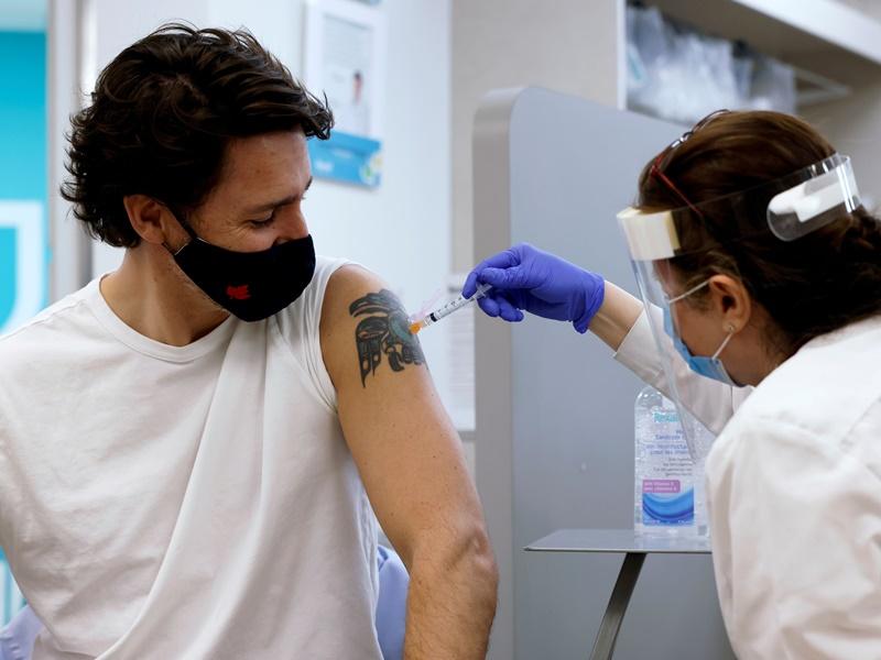 加拿大杜鲁多夫妇接种牛津疫苗 吁市民尽快预约