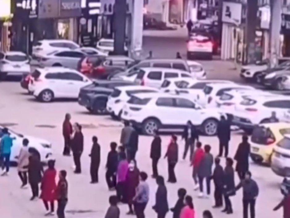 十多大妈为跳广场舞停车场徒手推走汽车