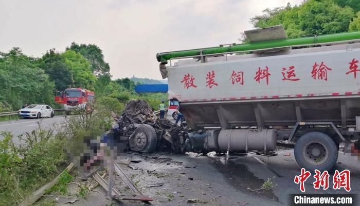 滬蓉高速南充段交通事故中的小車司機被帶走調查