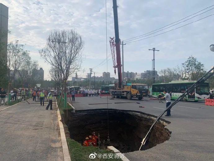 西安一道路突然塌陷,路人坠坑身亡