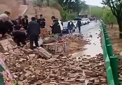 陝西佳縣一農戶家磚牆倒塌 一輛小轎車被埋致3人遇難