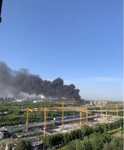 北京朝陽一露天廢品收購站著火,消防員正加緊處置
