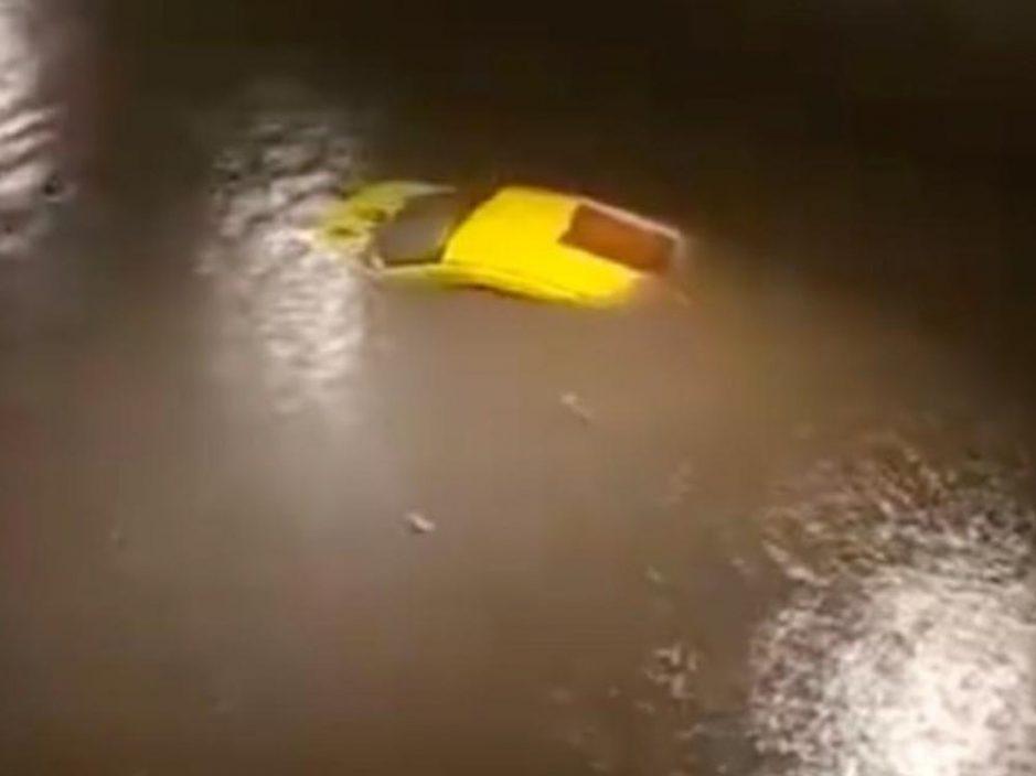 内地暴雨蓝色预警下 重庆车辆被淹仅露车顶