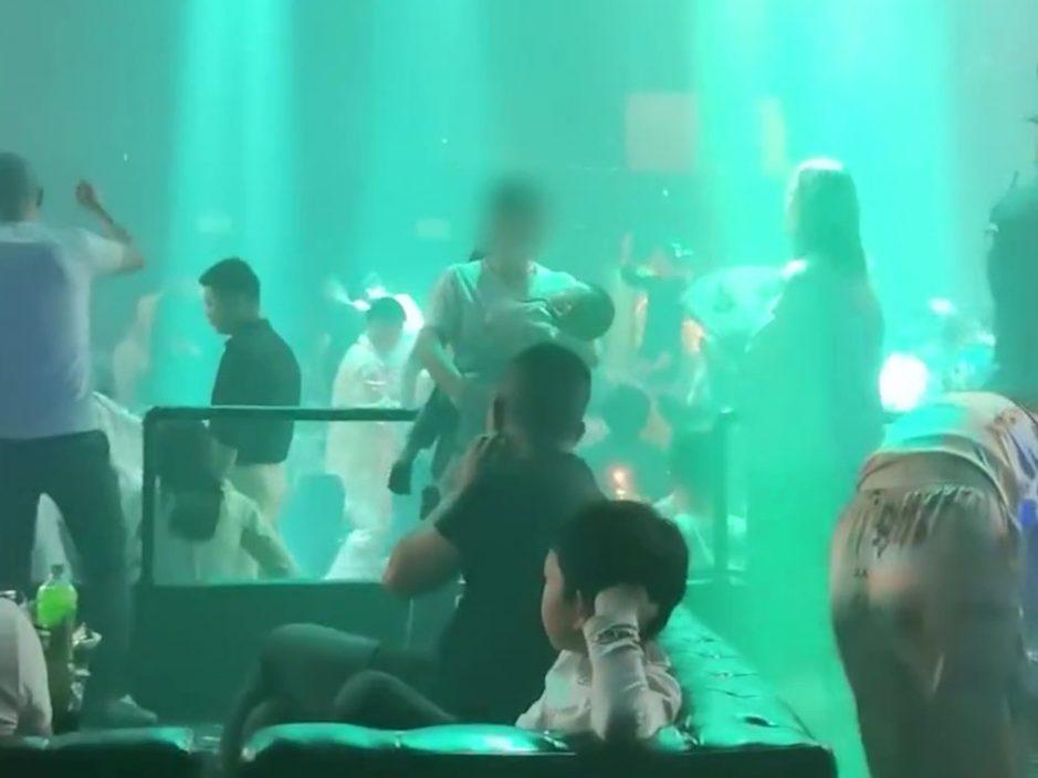 湖北女子的士高抱B边跳舞边哄睡 目击者:不可思议