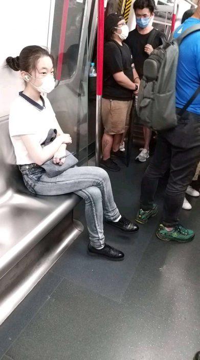 女子持7吋长利剪搭港铁 吓坏乘客慌忙报警