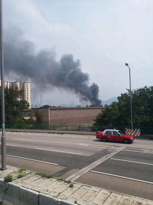 葵涌货柜场杂物起火 火光熊熊浓烟卷半空