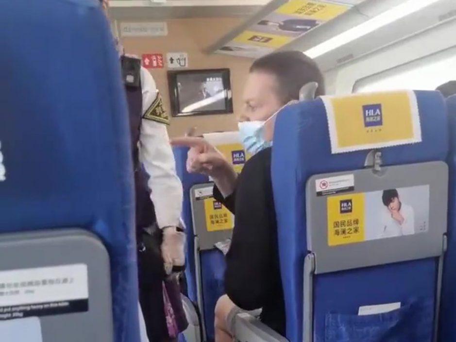 列车上不戴口罩邻座阿姨提醒 外籍旅客:闭嘴!