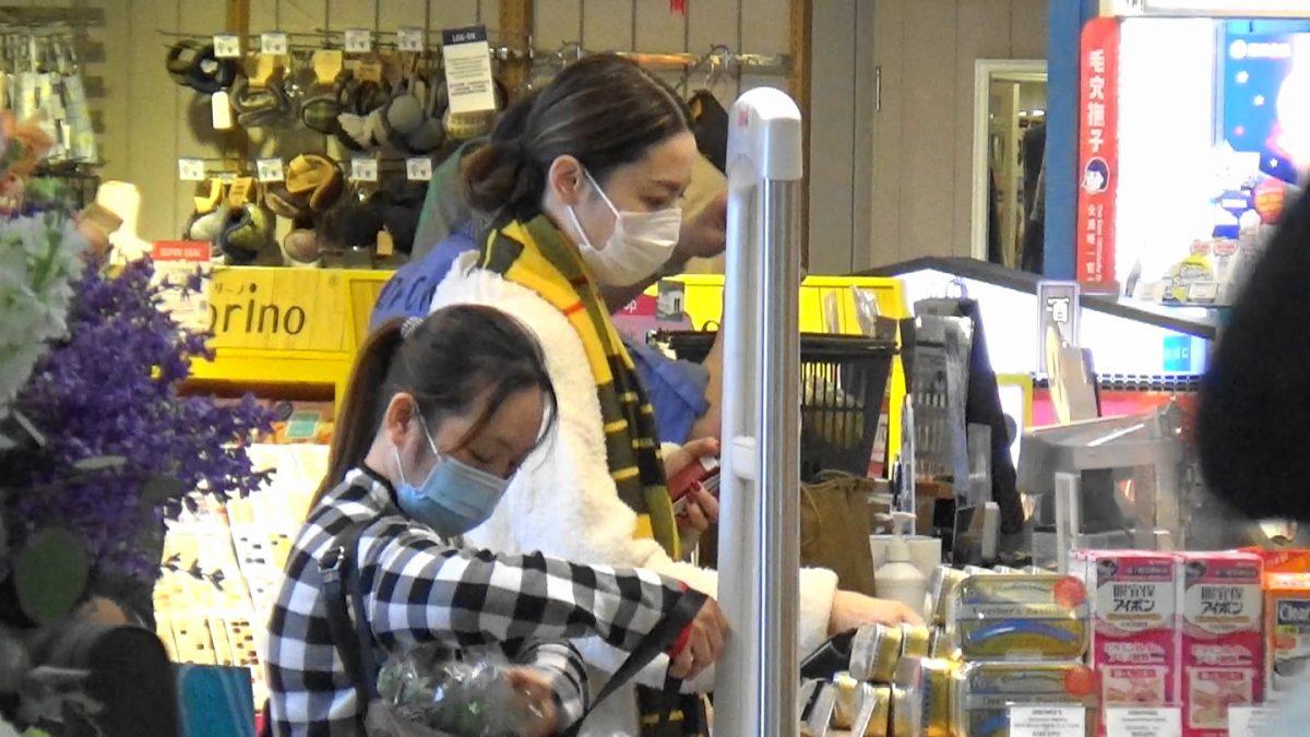 【头条独家】撇世界级网红囡囡行超市 李璨琛老婆拣靓食材喂Lucy
