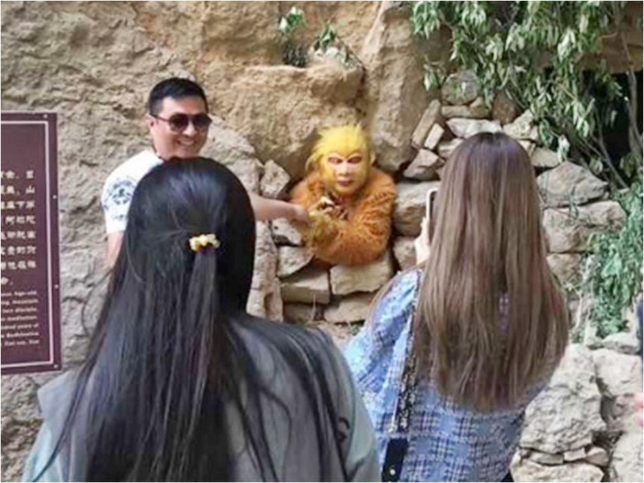 """景区员工扮""""孙悟空""""游客不断上前喂食 网民:太幸福了"""