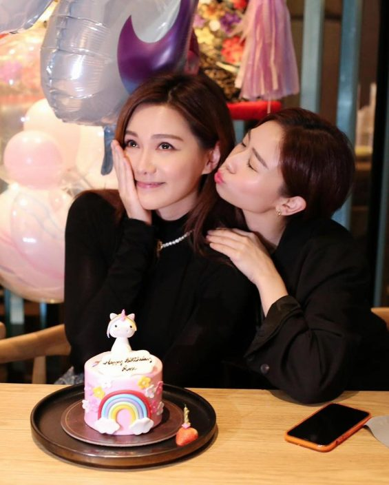 收猪形独角兽蛋糕 汤洛雯34岁生日有好姊妹送香吻