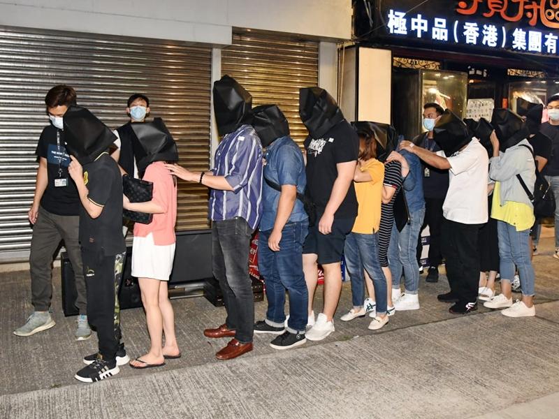 警屯门捣无牌吧 拘男负责人及22酒客