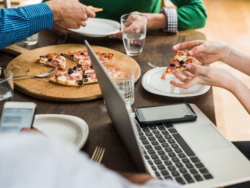 公司每月pizza同乐日被当透明 英女怒告职场霸凌获赔25万