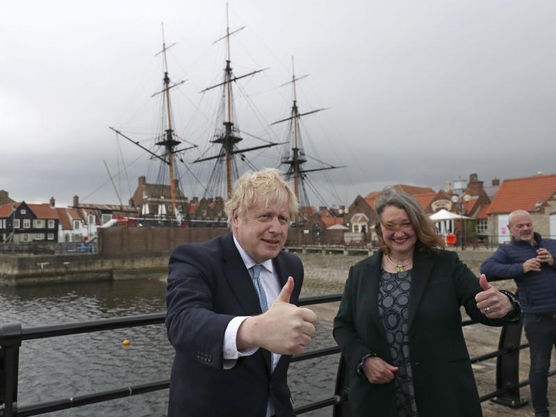 约翰逊到哈特尔浦谢票 夸耀保守党政绩