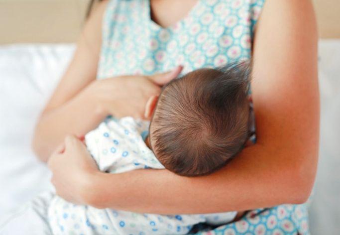 罕见悲剧 中年妇喂哺母乳突猝死女婴遭压窒息亡