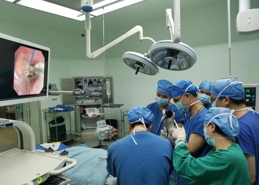 广东老翁鱼骨卡气管逾60年 医院施手术成功取出