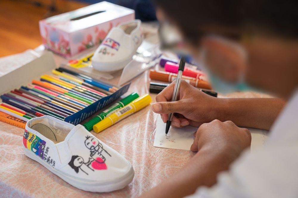 惩教警队办亲子活动助增进关系 在囚青年借绘画与母交流
