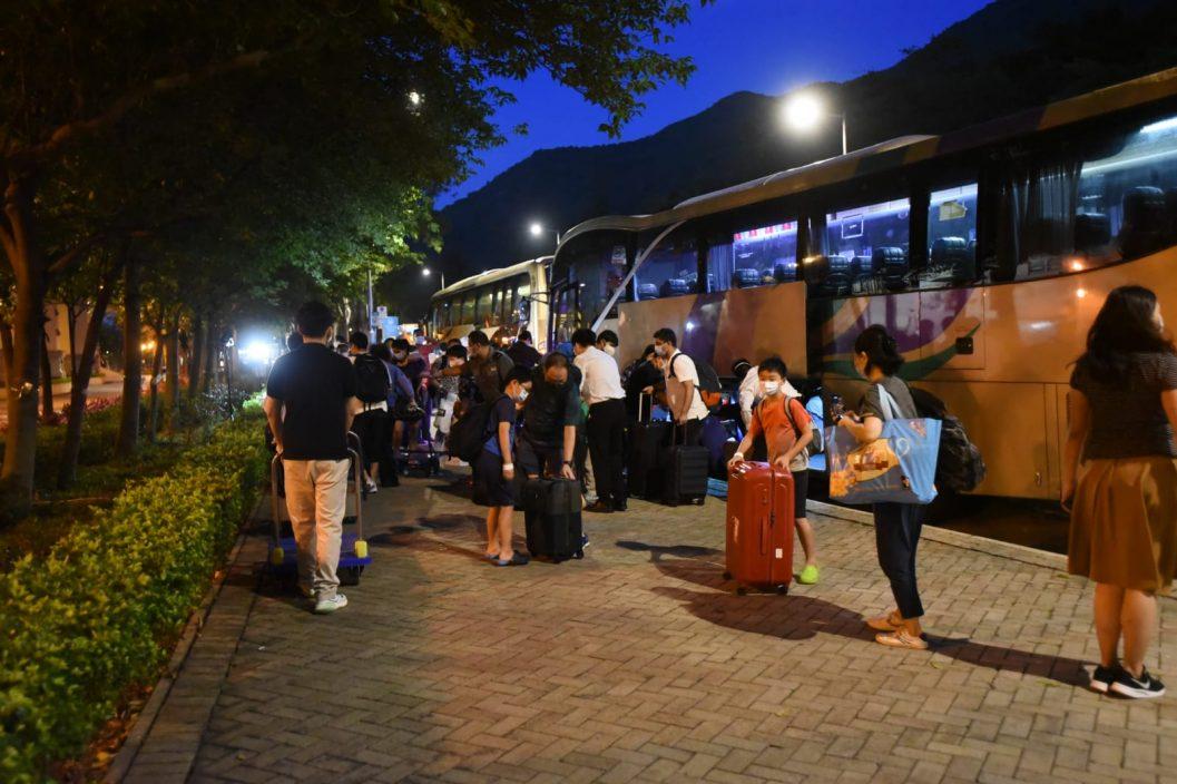 映湾园居民结束隔离陆续回家 批评政府安排混乱