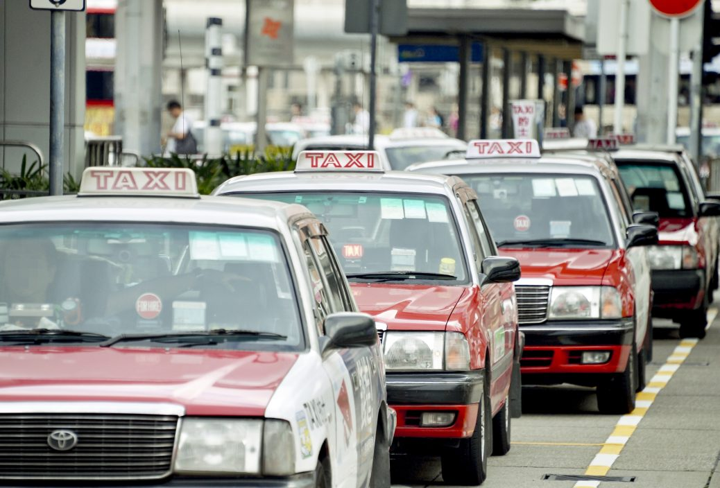 【Juicy叮】的士司机无起表开价300元谎称Uber 酒后乘客落车欲理论即逃去