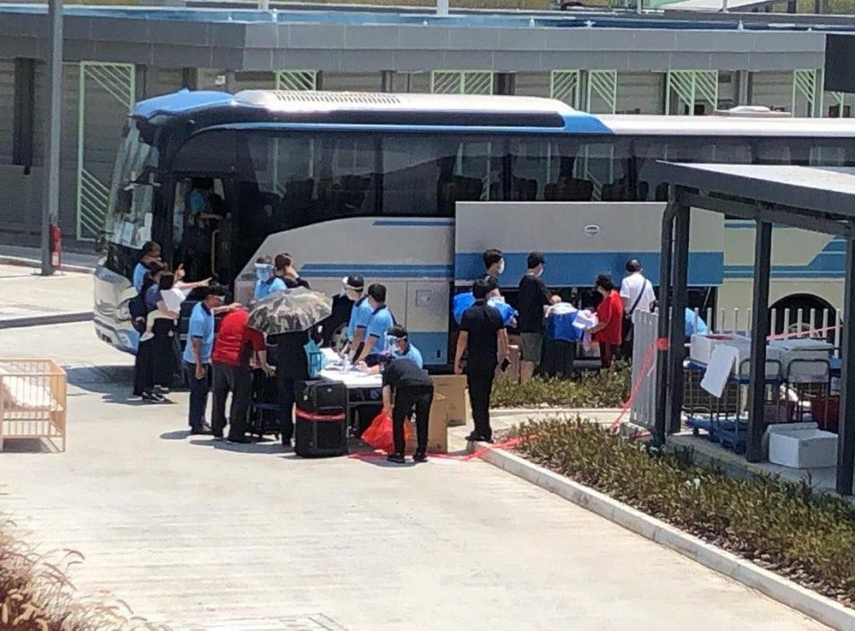 康怡花园N2座及荃威花园R座居民陆续离开检疫中心