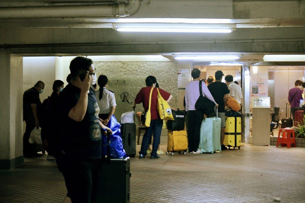 个别滞留检疫营荃威花园居民获准离开 批当局混乱