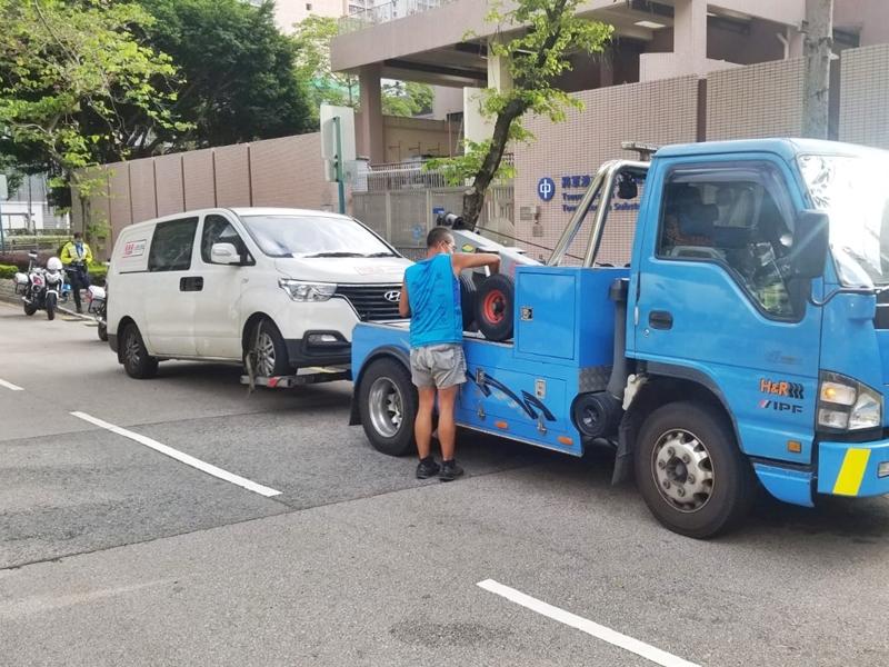 警东九龙打击违泊 发2114张牛肉干拖7车