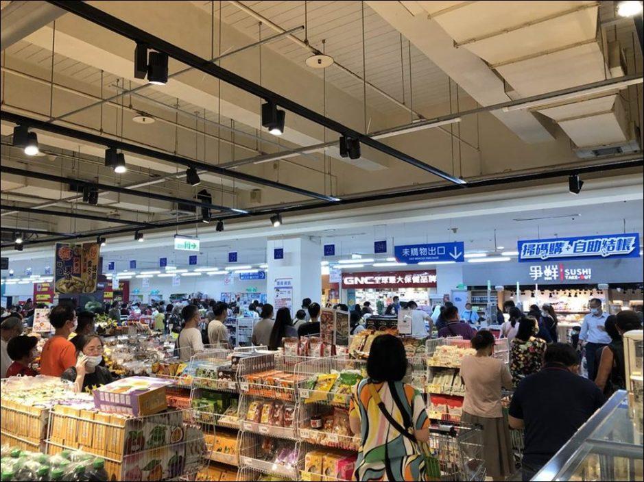 台疫情升温新北民众忧封城 多间超市现抢购潮