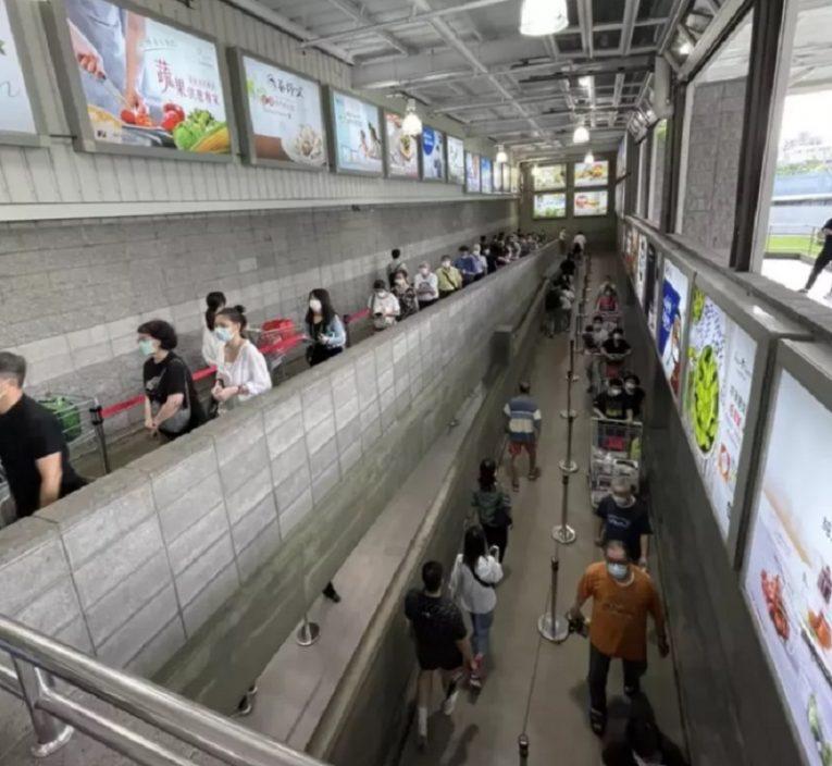 台爆疫慌民众忧封城扫粮食厕纸 多间超市现抢购潮