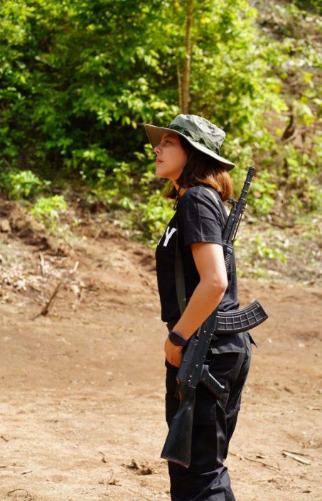 缅甸选美女星执突击步枪 愿付出生命加入反抗组织抗军政权