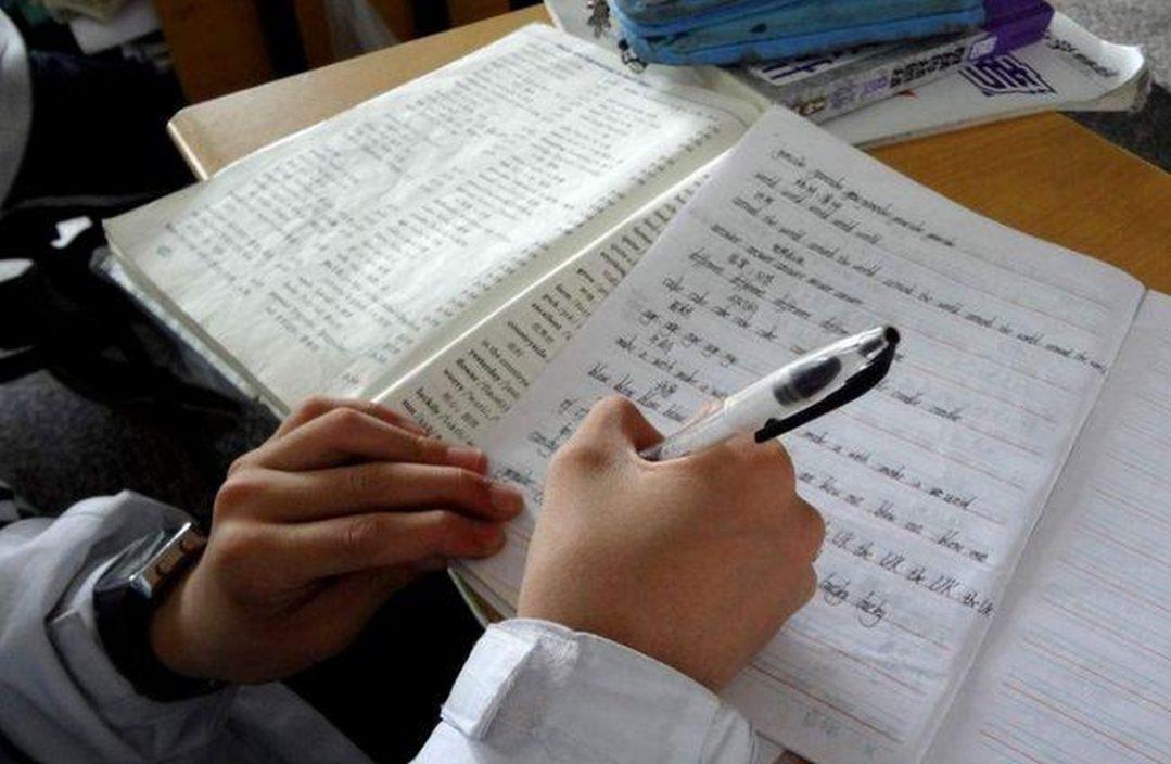 被罚抄10篇课文台妈为儿求情 老师反驳:现不给压力升中后点算?