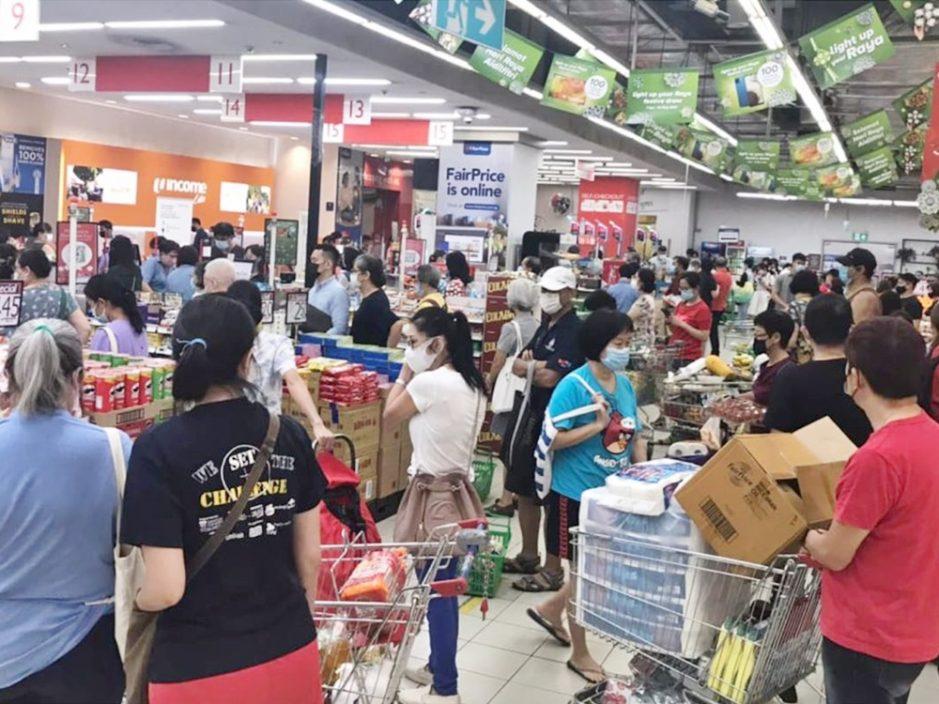 新加坡周日将收紧防疫措施 民众急到超市抢购物资