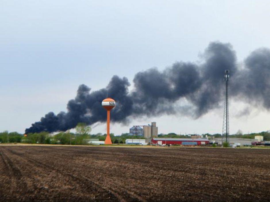 美艾奥瓦州运危险品火车出轨 现场火警冒大量浓烟